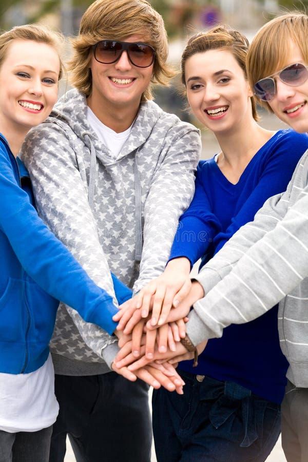 Amis remontant des mains image stock