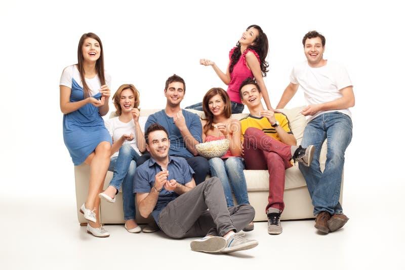 Amis riants de divan photo libre de droits