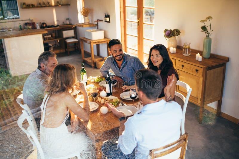 Amis se réunissant pour un dîner image stock