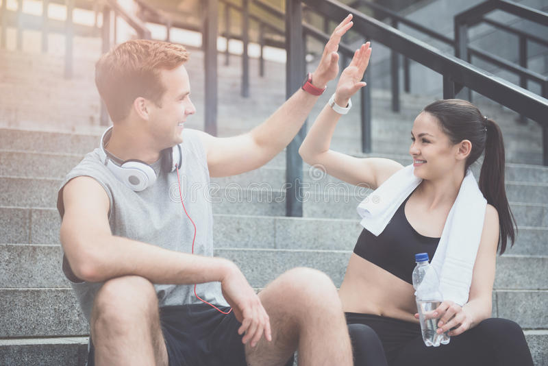 Amis sportifs donnant de hauts cinq avant la formation image libre de droits