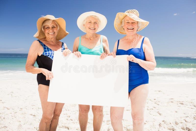 Amis supérieurs de femme tenant le papier blanc photo libre de droits