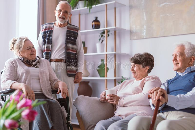 Amis supérieurs passant le temps ensemble dans la maison de retraite image stock