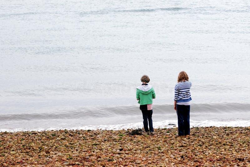 Amis sur la plage photographie stock libre de droits