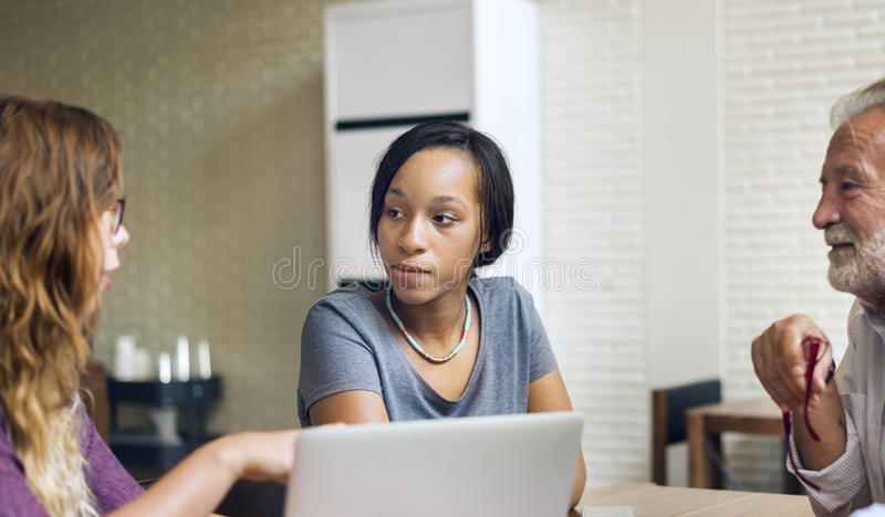 Amis travaillant la réunion de discussion partageant le concept d'idées images stock