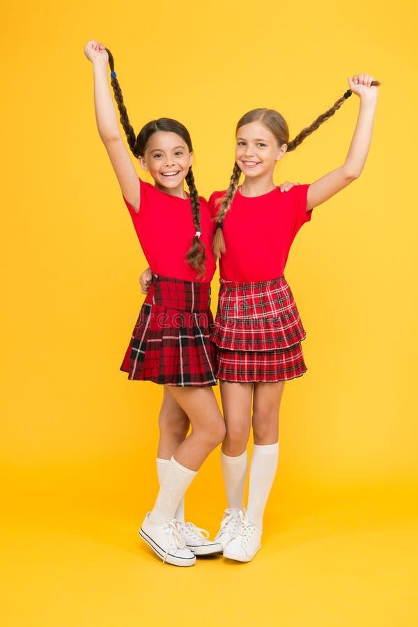 Amis vrais Petites filles heureuses utilisant les mêmes équipements Amis appréciant l'amitié Amis gais heureux ensemble image stock