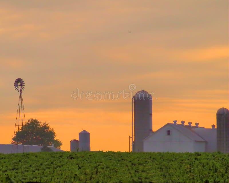 Amischer Bauernhof bei Sonnenaufgang stockfoto