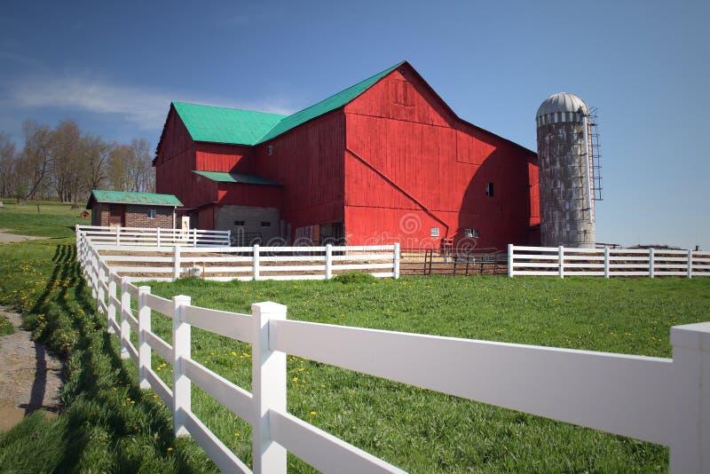 Amischer Bauernhof mit rotem Stall lizenzfreies stockbild