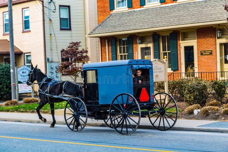 Amischer Buggy im Verkehr-Dorf auf altem Philadelphia Pike stockbild