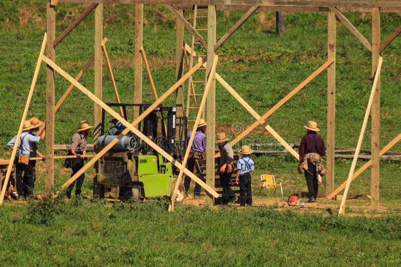 Amish all'innalzamento del granaio fotografia stock libera da diritti