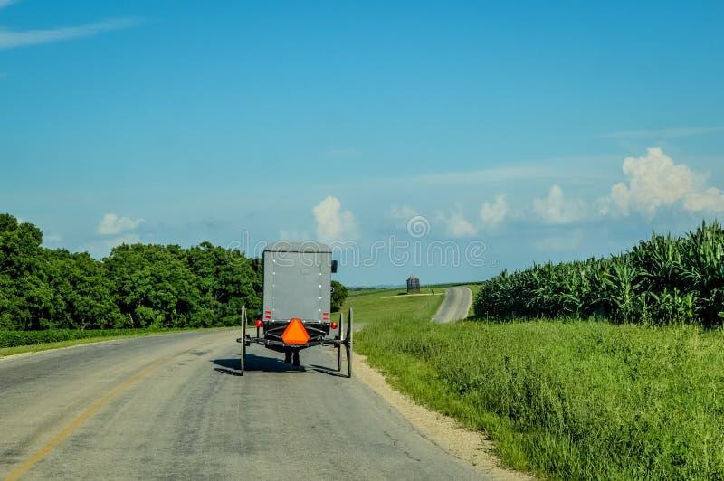 Amish barnvagn på landsvägen i Wisconsin royaltyfri fotografi