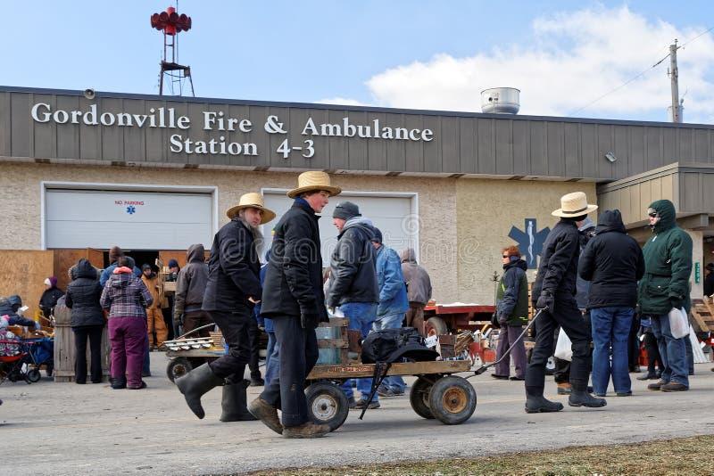 Amish Borowinowa sprzedaż przy posterunkiem straży pożarnej zdjęcia royalty free