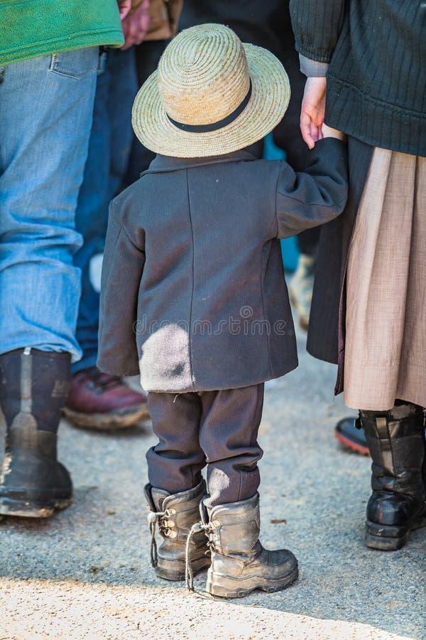 Amish chłopiec mienia matek ręka obrazy royalty free
