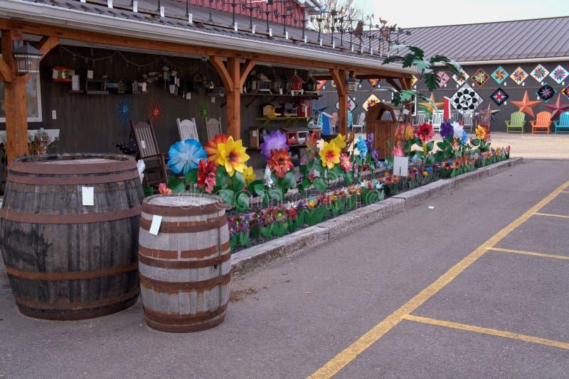 Amish houten vat en bloemen royalty-vrije stock afbeelding