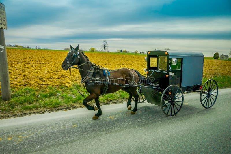 Amish koń i fracht podróże na wiejskiej drodze w Lancaster okręgu administracyjnym, Pennsylwania obraz stock