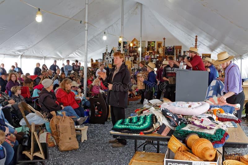 Amish licytatorów wolontariusz przy Roczną Borowinową sprzedażą obraz royalty free