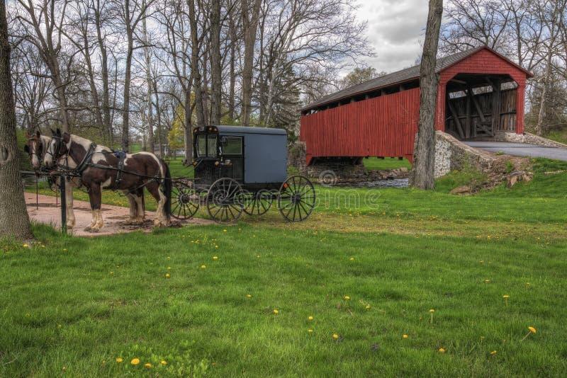 Amish Met fouten Geparkeerd door Behandelde Brug stock foto's