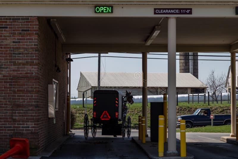 Amish powozik Opuszcza bank przejażdżkę Wewnątrz zdjęcia stock