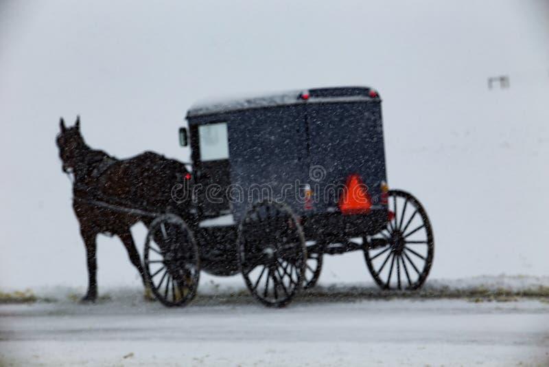 Amish powozik Podróżuje Przez śniegu obrazy royalty free