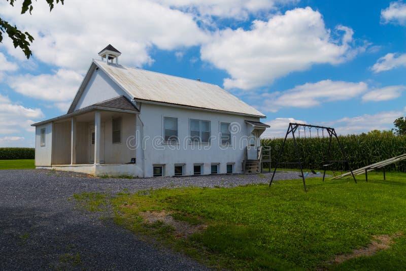 Amish szkoły dom z huśtawkami zdjęcie stock