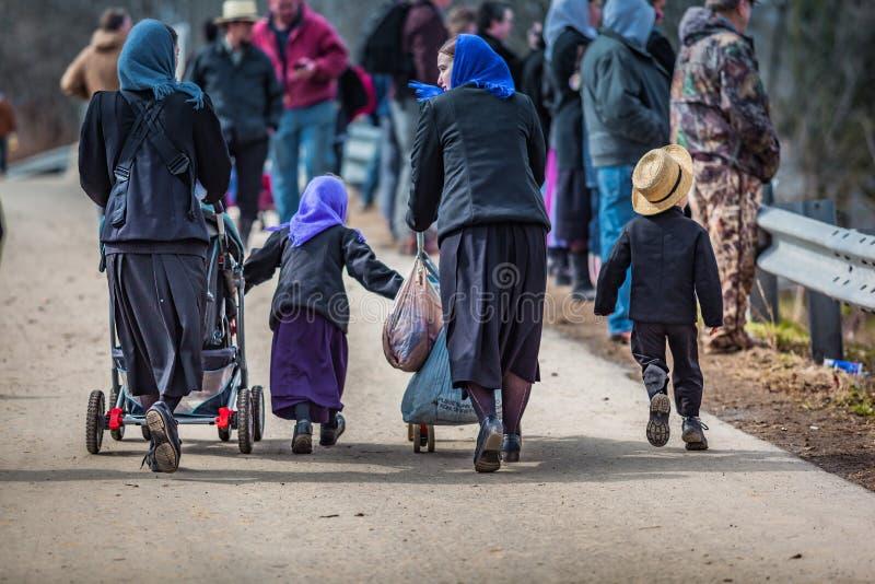 Amishmoeders met kinderen bij Modderverkoop royalty-vrije stock foto