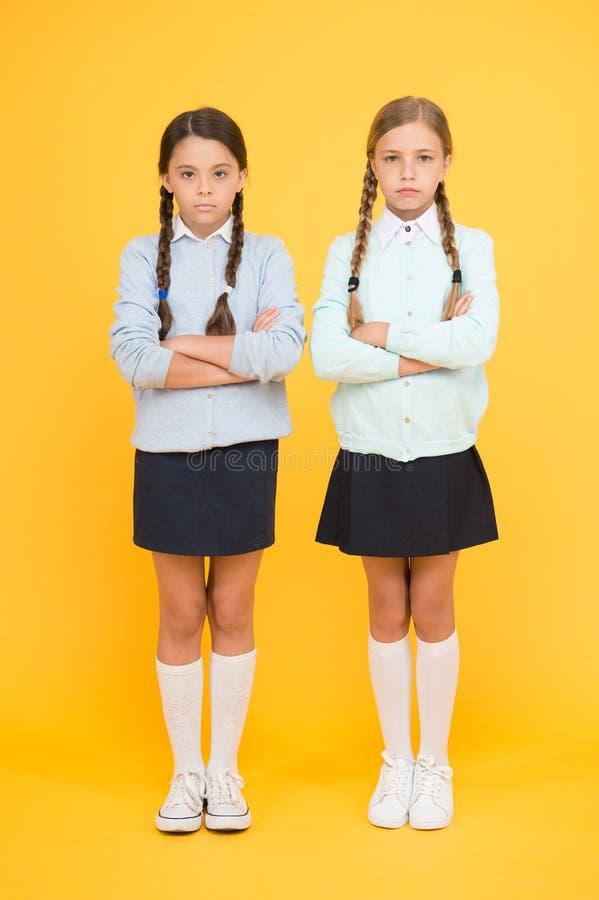 Amistad de la escuela Ayuda y amistad E Relaci?n amistosa Metas de la amistad Muchachas lindas de la escuela imagen de archivo libre de regalías