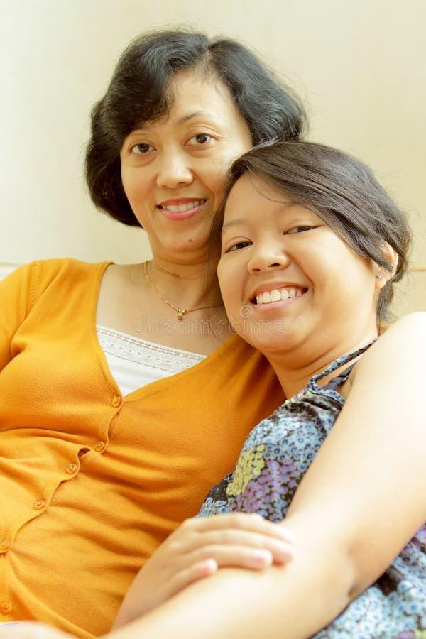 Amistad de la madre y de la hija felices imagenes de archivo
