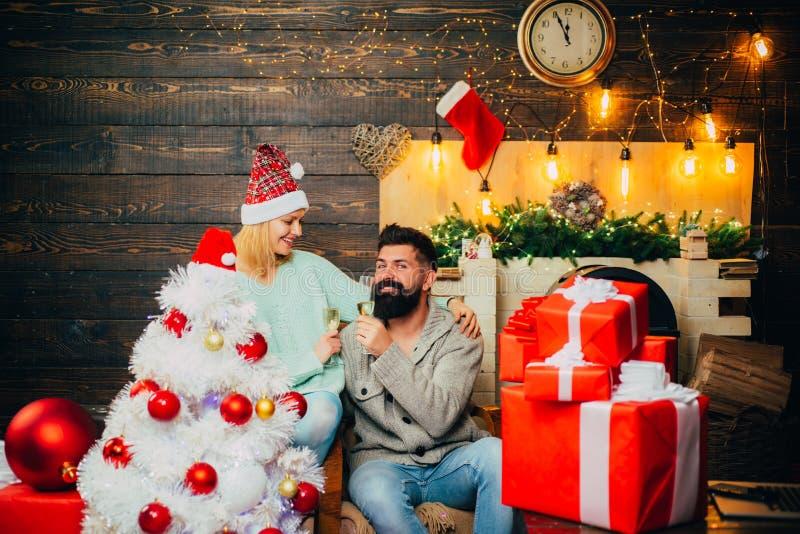 Amistoso y alegr?a A?o Nuevo de la familia feliz Preparaci?n de la Navidad concepto de las vacaciones de invierno y de la gente L imagen de archivo libre de regalías