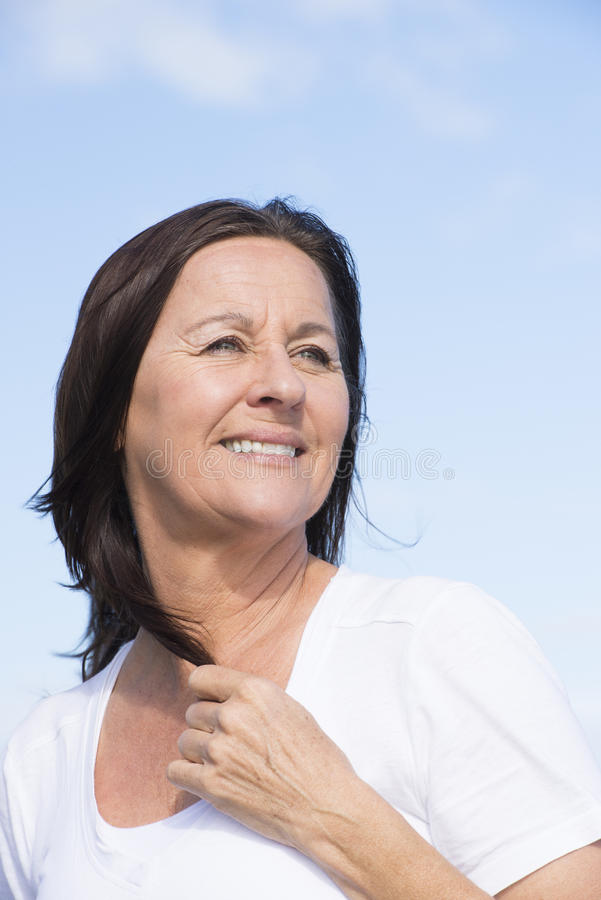 Amistosos sanos aptos maduran a la mujer jubilada al aire libre fotografía de archivo
