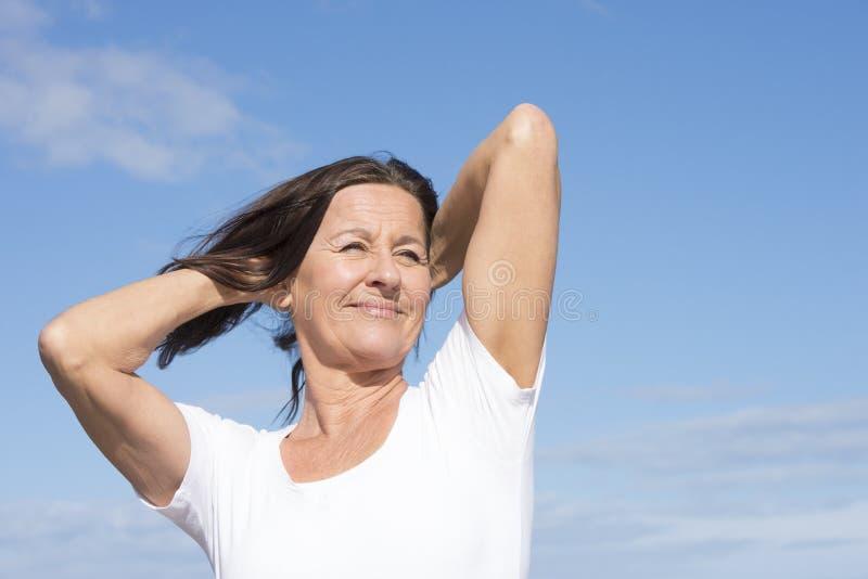 Amistosos sanos aptos maduran a la mujer jubilada al aire libre foto de archivo