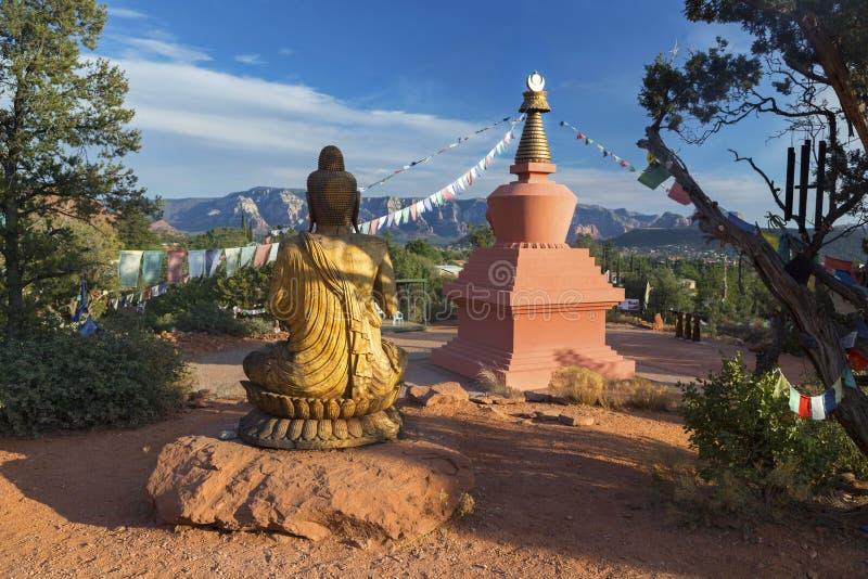 Amitabha Stupa, Buddha-Statue und Gebets-Flaggen im Friedenspark Sedona Arizona stockfotografie