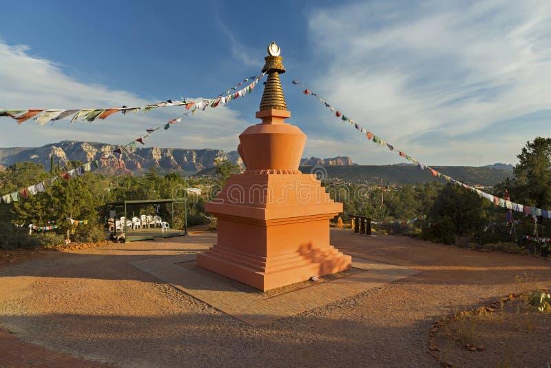 Amitabha Stupa e bandiere di preghiera nel parco Sedona Arizona di pace immagini stock libere da diritti