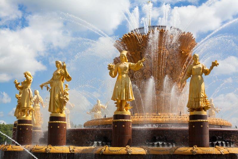 Amitié de fontaine de fragment des nations de l'URSS ou amitié des peuples de l'URSS le jour ensoleillé d'été, fond de ciel bleu photos libres de droits