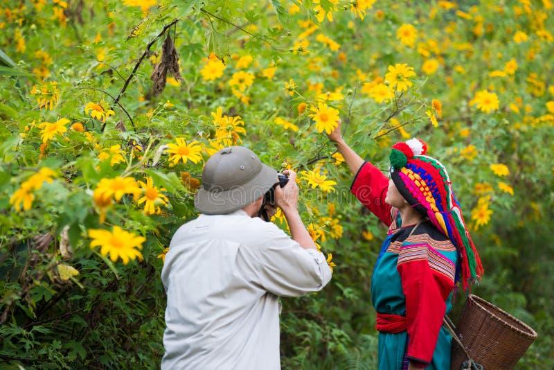 Amitié de touristes de photographe avec la tribu locale de colline photos stock