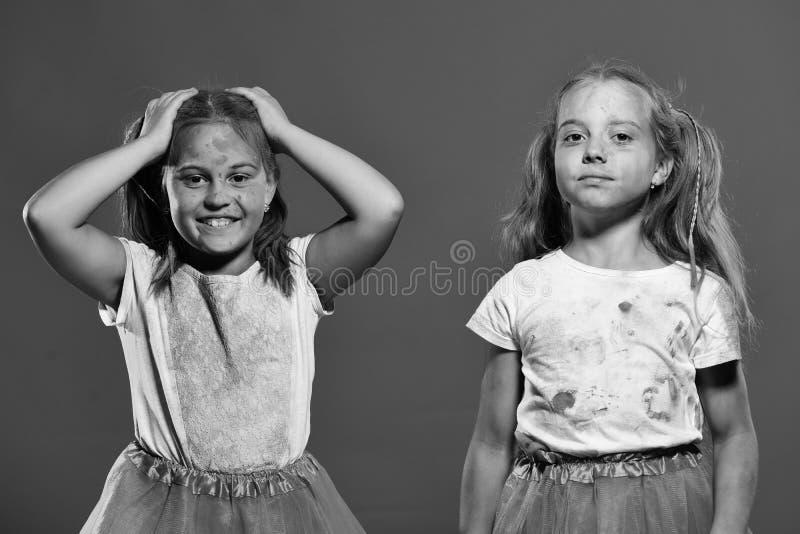 Amitié du ` s d'enfants Les enfants avec des queues de cheval ont l'amusement, tiennent des mains  images libres de droits