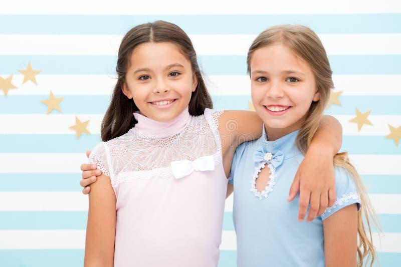 Amitié et meilleurs amis les petites filles sont des meilleurs amis amitié de petites filles moment lumineux ensemble images libres de droits