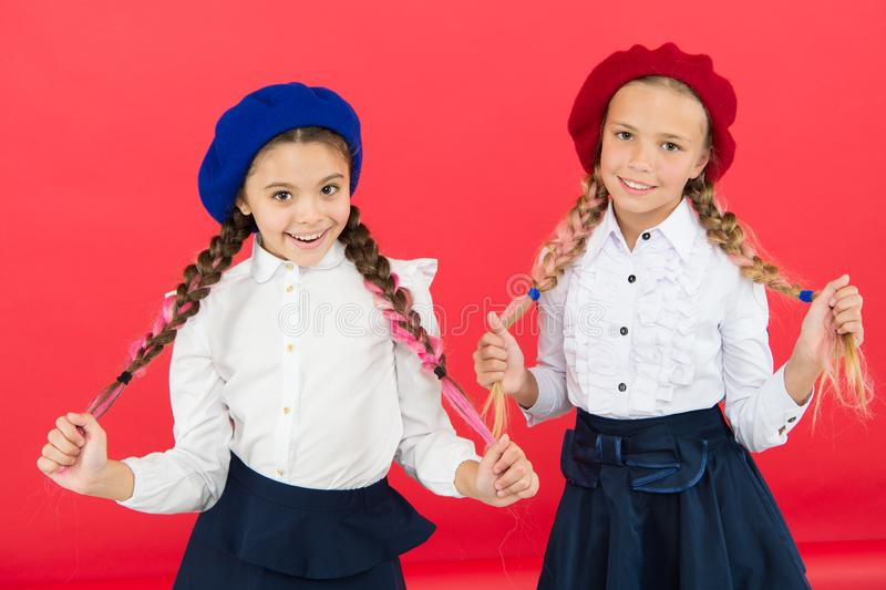 Amiti? d'?cole Sur la m?me vague Les ?coli?res portent l'uniforme scolaire formel Cheveux tressés de belles filles d'enfants long photos stock