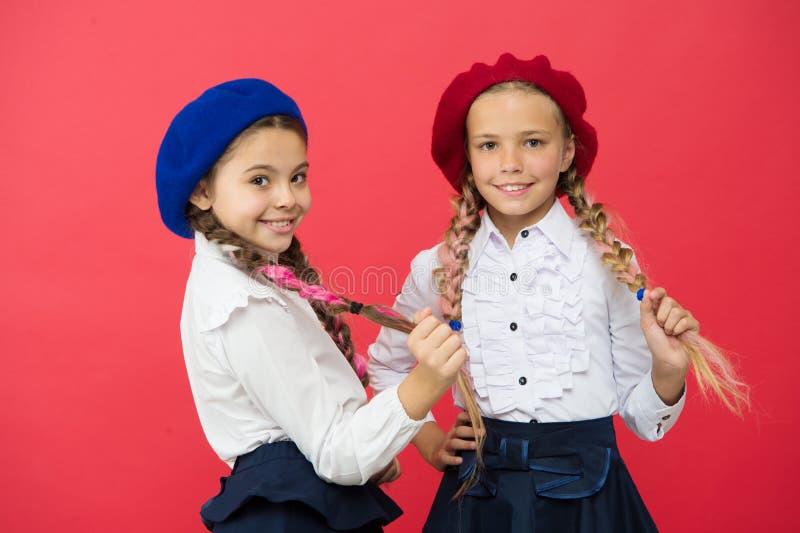 Amiti? et fraternit? Meilleurs amis Programme international d'?cole d'?change Amis d'?cole petites filles en français photos stock