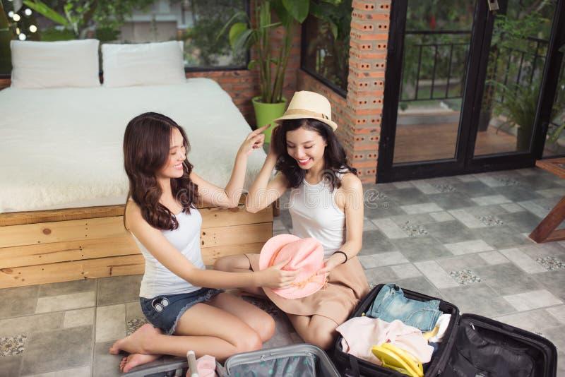 Amizade Curso Dois amigos asiáticos da jovem mulher que embalam um trav imagem de stock