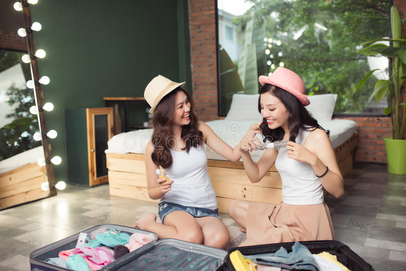 Amizade Curso Dois amigos asiáticos da jovem mulher que embalam um trav fotografia de stock royalty free
