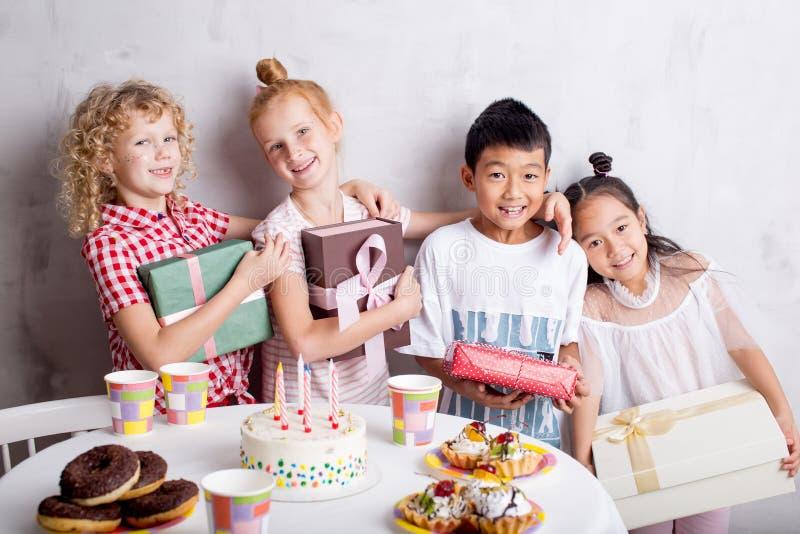 Amizade da infância convidados novos felizes que olham a câmera foto de stock royalty free