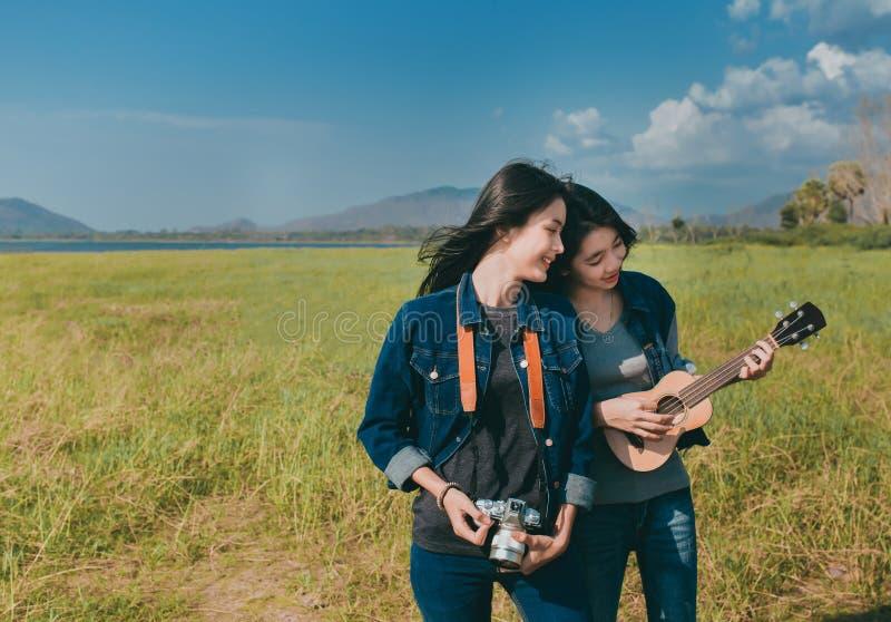 Amizade do descanso asiático das mulheres do adolescente exterior imagem de stock royalty free