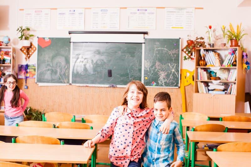 Amizade do menino e de uma menina na escola imagens de stock