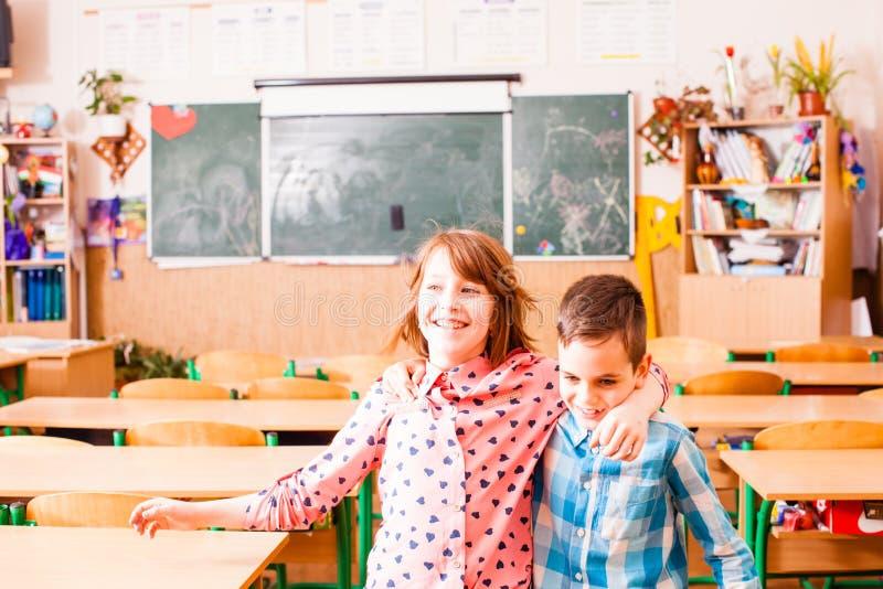 Amizade do menino e de uma menina na escola imagens de stock royalty free