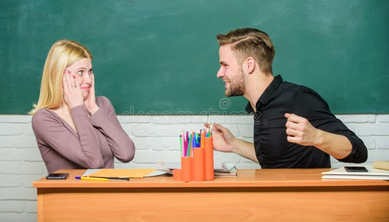 Amizade e relações Solução de acordo Relações da faculdade Relações com colegas Os estudantes comunicam-se imagem de stock