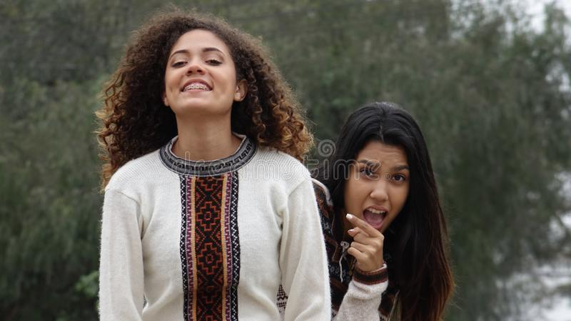 Amizade entre meninas latino-americanos adolescentes fotografia de stock