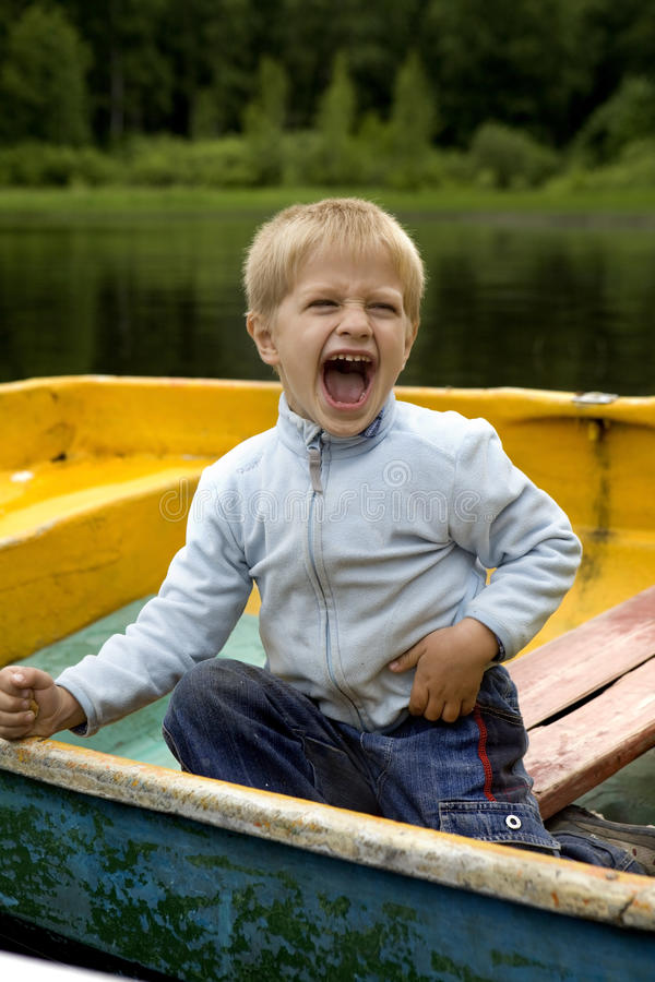 Amizade. miúdos que jogam no barco imagens de stock royalty free