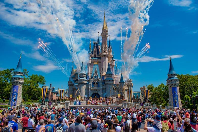 A amizade real Faire de Mickey e os fogos de artifício em Cinderella Castle no reino mágico em Walt Disney World Resort 2 foto de stock