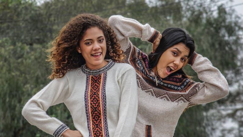 Amizade segura entre meninas latino-americanos adolescentes fotos de stock