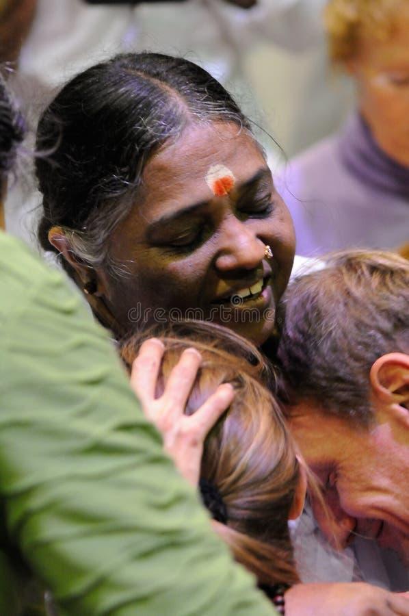 Amma embrassant le monde image stock
