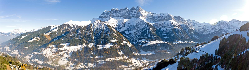 Ammacca il du Midi che trascura Champery in Svizzera fotografia stock libera da diritti
